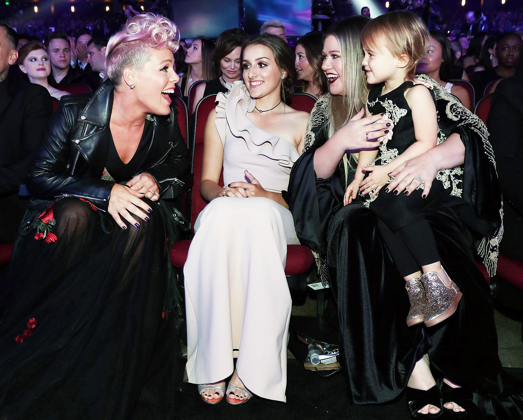 Pink Kelly Clarkson AMAs 2017